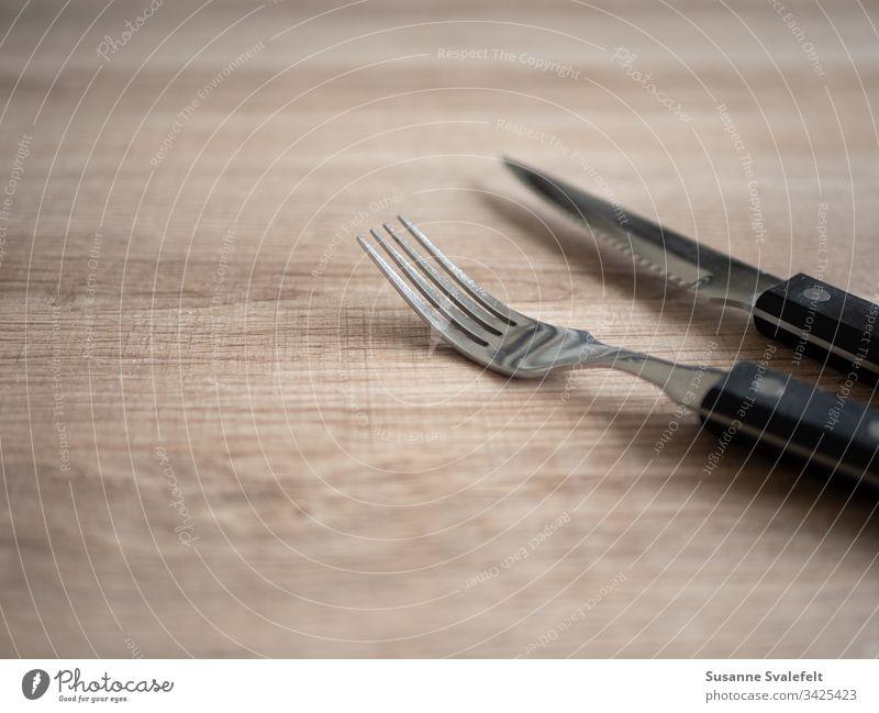 Gabel und Messer auf Holztisch Besteck Mittagessen Lebensmittel Mahlzeiten Küchengeräte