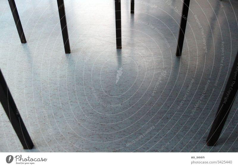 Tischbeine Fußboden warten Stuhlbein Struktur Muster linear Linie schwarz türkis Farbfoto Menschenleer Bodenbelag Tag Innenaufnahme Schatten braun Licht