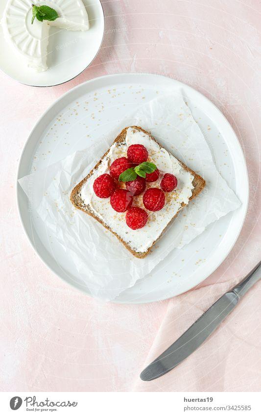 Geröstetes Brot mit Frischkäse und Erdbeeren Scheibe lecker Lebensmittel Gesundheit Frühstück frisch Mittagessen Feinschmecker Belegtes Brot Mahlzeit Zuprosten