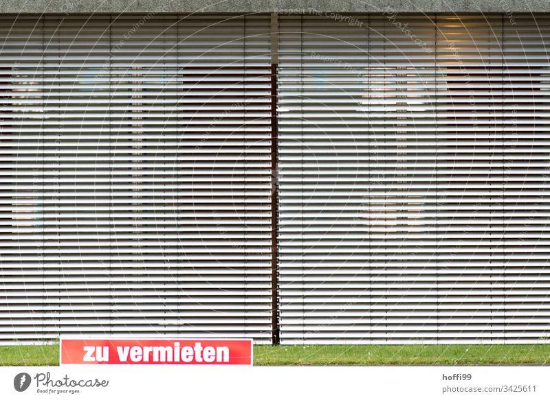 Zu Vermieten - geschlossenes Büro mit heruntergelassenen Jalousien Anzeige Schild Hinweisschild Vermietung Miete Makler Immobilienmarkt Immobilienmakler Suche