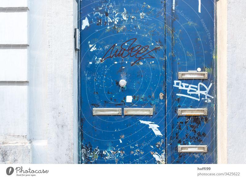 Bruxelles Style - Blaue Tür mit Briefkästen Eingang Brieflkasten grafitti Wand Tor Zeichen Ausgang Außenaufnahme Haus Mauer geschlossen alt Verfall