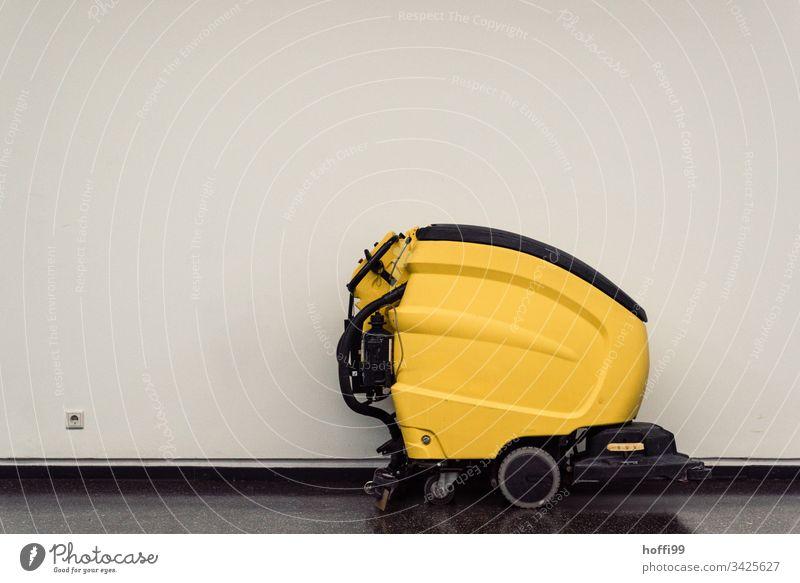 Reinigungsmaschine mit Steckdose auf Flur Staubsauger Kärcher Bohnermaschine Bohnern Wischen fegen saugen Industriereiniger Reinigen Sauberkeit bohnern