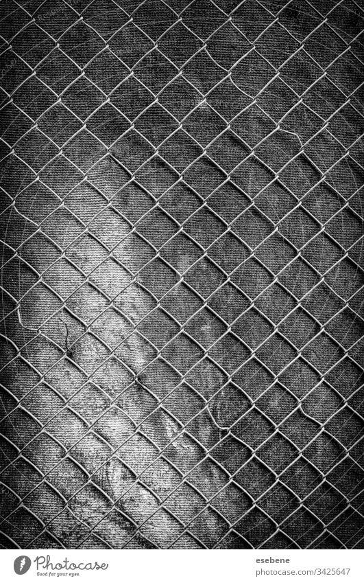 Metallgitter an der Wand Gitter Stahl alt Golfloch bügeln dunkel schwarz grau Muster Hintergrund texturiert retro Plakette Industrie heimwärts