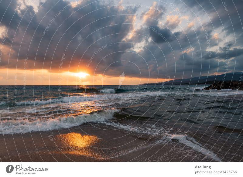 Sonnenuntergang am Meer bei bewölktem Himmel Insel Abend Dämmerung Fernweh Wolken Abenteuer Ferne Tourismus Freiheit Schatten Wellen Licht Menschenleer Horizont