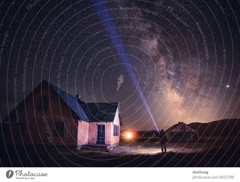 Haus, Milchstraße und ein Mann mit Taschenlampe Stratosphäre Abend Abenddämmerung Dämmerung Farbe Sternenlicht rein Mysterium viele funkeln Sternschnuppe Glanz