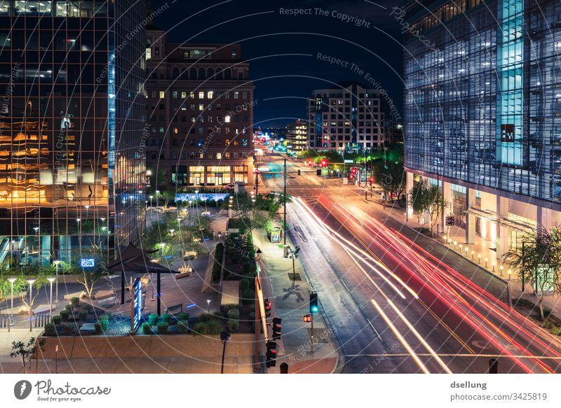 Nachtlichter in Großstadt Gegenlicht Lichterscheinung Kunstlicht Menschenleer abstrakt Farbfoto Außenaufnahme Irritation träumen Surrealismus Reichtum