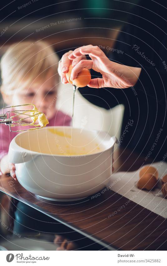 Kuchen backen Kind mit Mutter eier Kindererziehung aufmerksam zuschauen lernen Mädchen Kleinkind Kindheit Starke Tiefenschärfe Innenaufnahme Mensch Hand