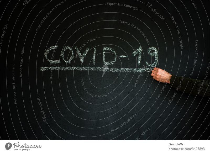 Coronavirus-Mann mit Atemmaske hinweisen unterstrichen Hand Virus Wort Infektion Infektionsgefahr jemanden/etwas bewachen Angst Seuche Pandemie Krankheit