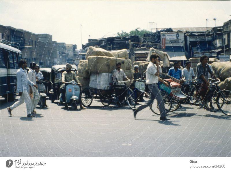 Strassenszene 1 Fahrrad Verkehr Güterverkehr & Logistik Indien chaotisch Paket Krach Delhi
