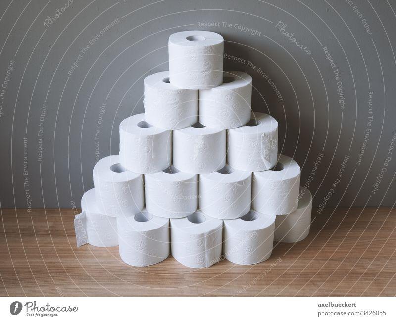 gestapelte und gehortete Toilettenpapierrollen Stapel horten viele Panikkäufe Hygiene Bad Vorrat Klo Körperpflege Engpass Korona Virus Coronavirus Krise sanitär
