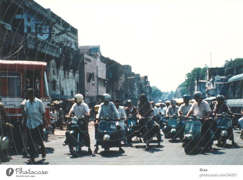 Strassenszene 2 Verkehr Indien Delhi Kleinmotorrad Verkehrsregel Helm nach rechts schauen