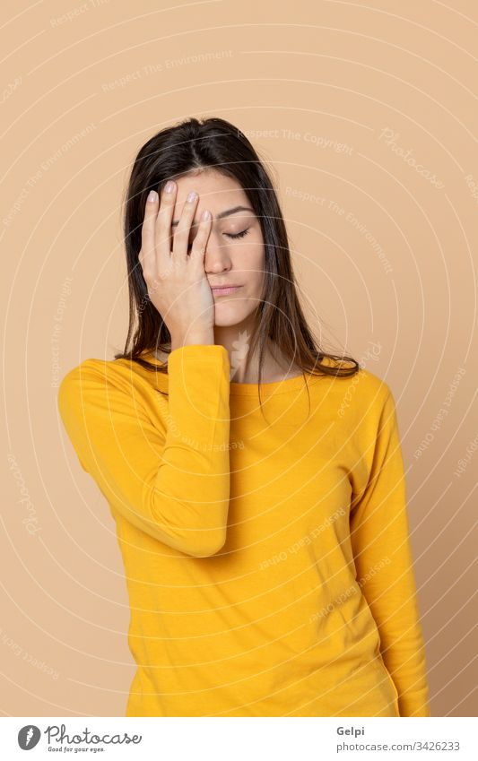 Attraktives junges Mädchen mit gelbem T-Shirt Person Migräne Unbehagen Kopfschmerzen Problematik Sorge traurig beunruhigt Fieber Energie negativ Stress