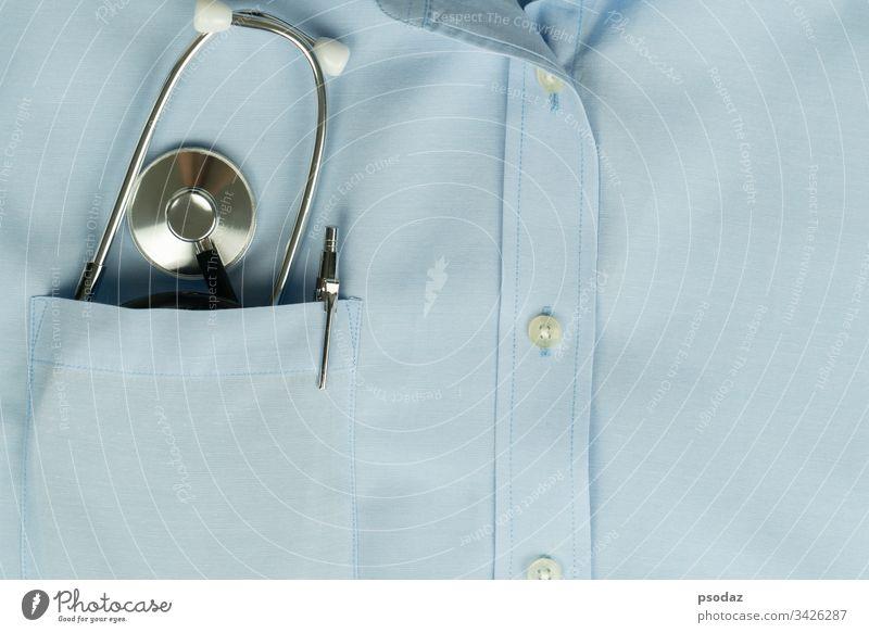 Gesundheitsfürsorge des globalen Virenausbruchs, Stethoskop in der Hemdtasche des Arztes Hintergrund blau Business Pflege prüfen Klinik klinisch Nahaufnahme