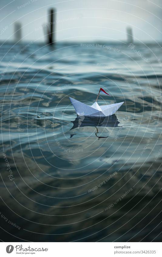 Freiheit - Papierschiff auf dem Meer Reise ruhe... wellness entspannung urlaub friedlich see wasser strand hafen boot +segelboot segeln lebensweg alleine