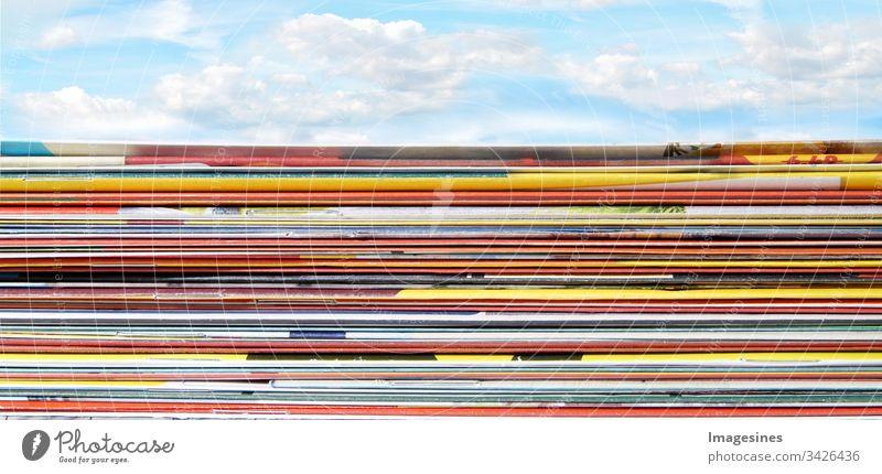 Panorama Stapel von Supermarkt Werbung - Werbebroschüren. Gefaltete, gestapelte Seiten mit Rabatt Flyer auf Himmel Hintergrund Anzeigen flyer Broschüren
