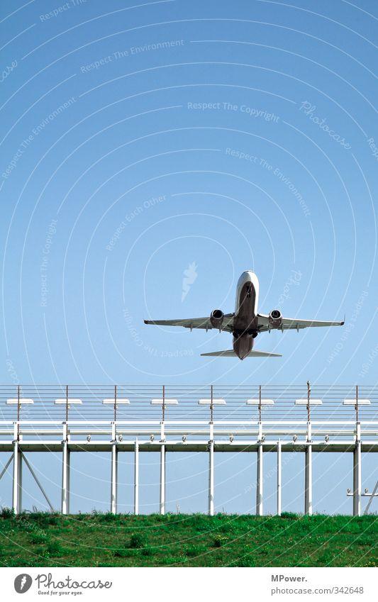 up in the air Verkehr Verkehrsmittel Verkehrswege Personenverkehr Öffentlicher Personennahverkehr Berufsverkehr Luftverkehr Flugzeug Passagierflugzeug Flughafen