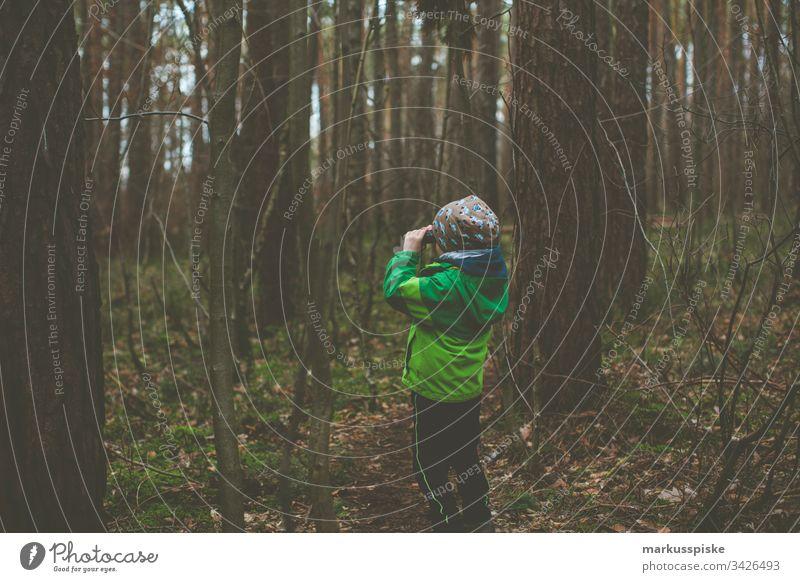 Junge mit Fernglas entdecken Entdecker Entdeckerfreude Entdeckertour Kindergarten Erfahrung Expedition Abenteuer abenteuerlust Kindheit