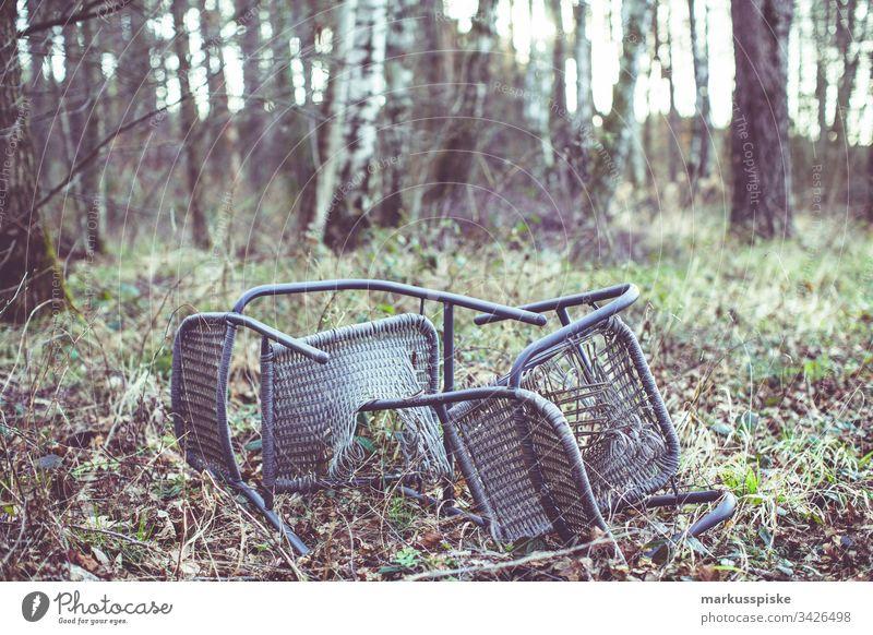 Illegale Müllentsorgung im Wald strafbar Strafe Stuhl Stühle kaputt Umweltverschmutzung Täter