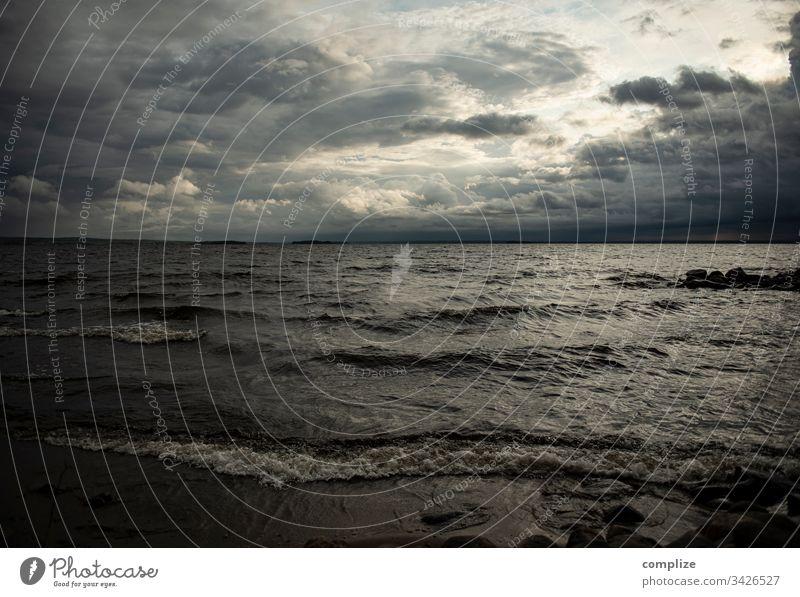 Ein Sturm zieht auf unwetter Gewitter Gewitterwolken klimawandel regen see wind Finnland Europa Wellen Strand Angst Natur Naturgewalt