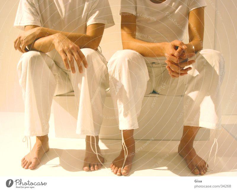 White Sisters sprechen warten sitzen Bank Zwilling Verhandlung