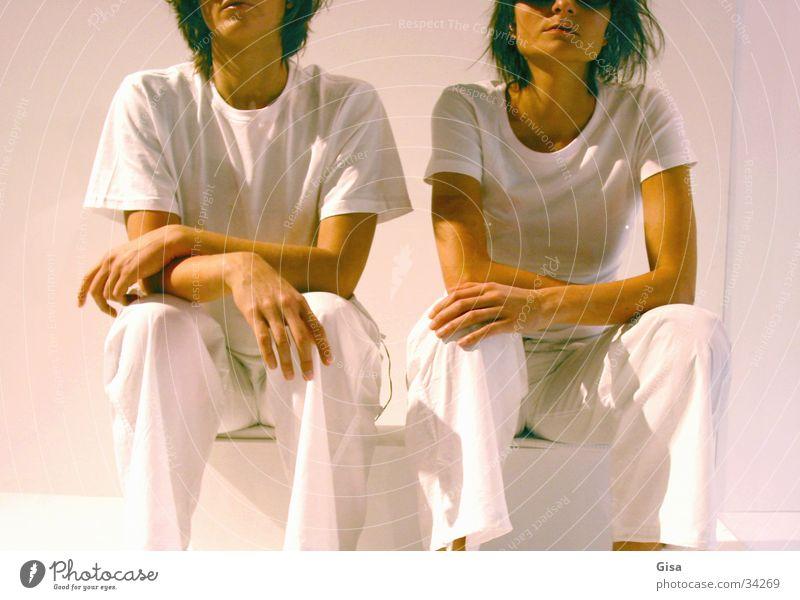 White Sisters 2 Frau weiß sprechen Freundschaft warten sitzen Brille Körperhaltung Geschwister Familie & Verwandtschaft Schwester