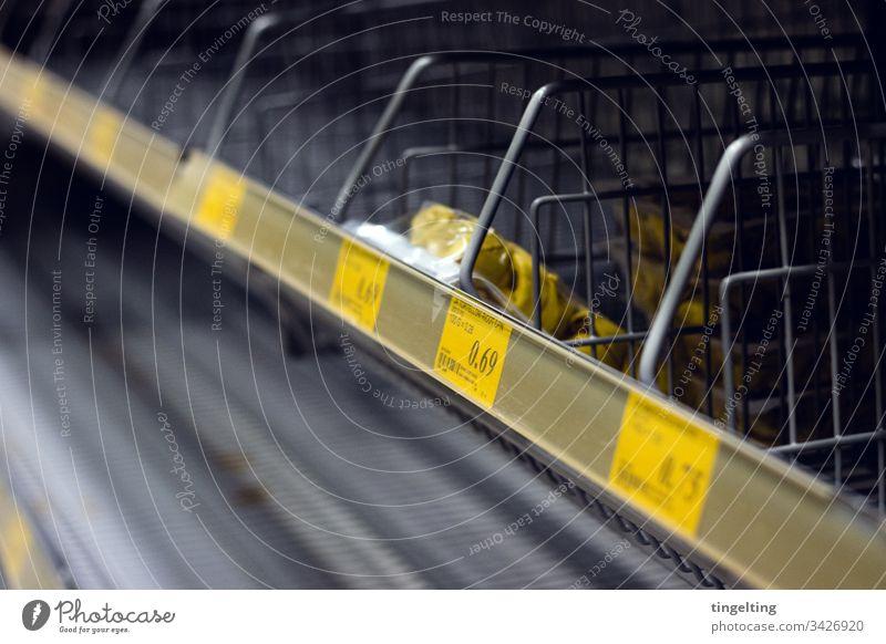 Leere Nudelregale Im Supermarkt preisschild leer supermarkt einkaufen hamsterkäufe corona covid19 coronavirus ausverkauft panik pandemie nudeln
