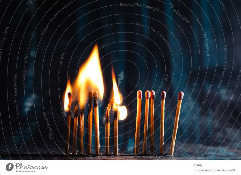 Corona - Social Distancing - Abstand halten rettet Leben coronavirus abstand halten social distancing Feuer Streichholz Flamme brennen Kettenreaktion Licht