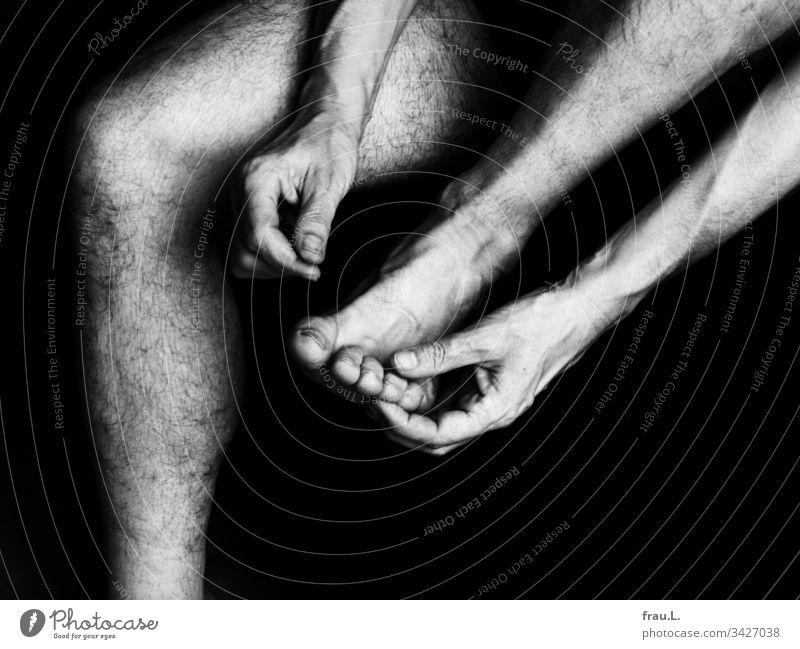 Das linke Bein anwinkeln, die linke Hand greift einen Zeh des linken Fußes, die rechte Hand liegt auf dem rechten Standbein, dabei tief und gleichmäßig  atmen und die Position 30 Minuten halten.