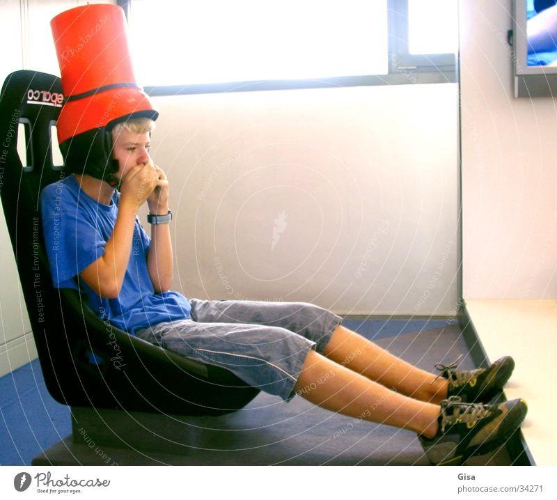 Rennfahrer Kind Mann Freude Spielen Junge Sitzgelegenheit Helm Sessel Eimer Kübel