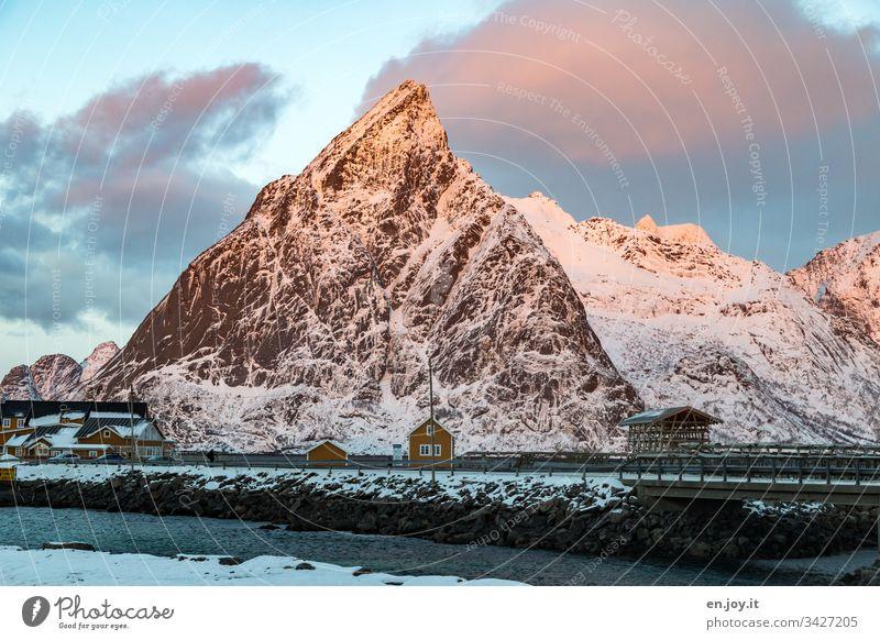 """Kleines gelbes Haus am Fjord vor schneebedeckten Bergen Sakrisoy Lofoten,"""" Lofoten Inseln Zaun Gelb Reisefotografie Einfamilienhaus Idylle Ferienhaus Rorbuer"""