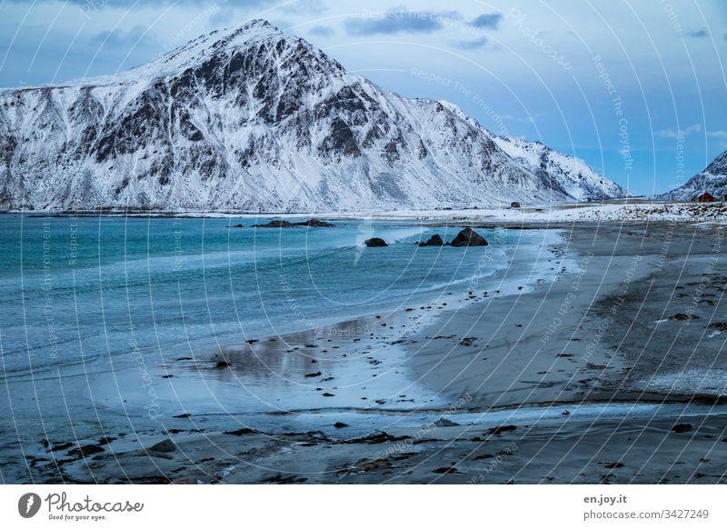 Strand mit Spiegelung eines schneebedeckten Berges Norden Erholung Winterurlaub Meer Schnee Zentralperspektive Umwelt Ferien & Urlaub & Reisen Landschaft Himmel