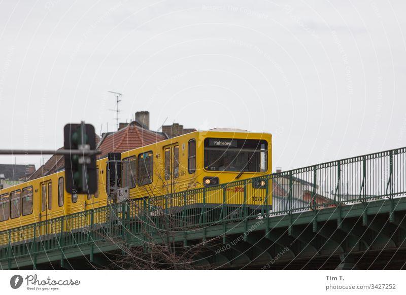 U 2 Berlin U2 Prenzlauer Berg Schönhauser Allee Außenaufnahme Stadt Altstadt Stadtzentrum Menschenleer ubahnlinie Farbfoto transport Hauptstadt 2020 Altbau