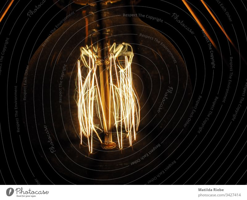 Glühbirne im Dunkeln glühen glühend lampe Licht abstrakt dunkel Lampe elektrisch Technik & Technologie Energie Kraft Idee Kreativität Design Symbole & Metaphern