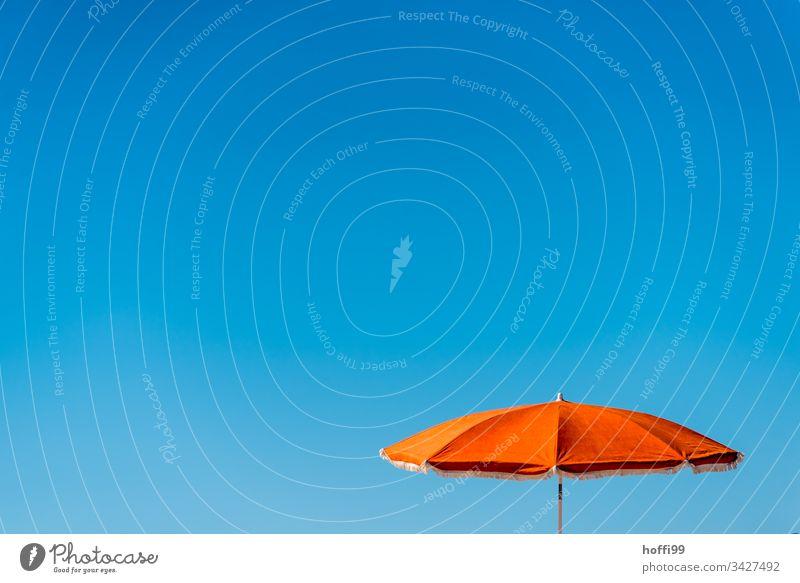 oranger Sonnenschirm mit blauen Himmel Blauer Himmel orange-rot Wolkenloser Himmel Minimalismus minimalistisch Sommer Strand Ferien & Urlaub & Reisen