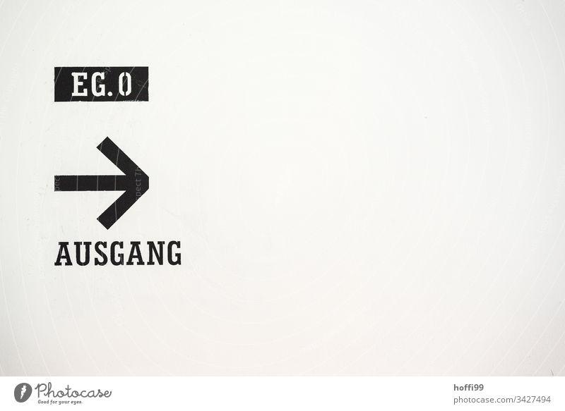 Ausgang - dem Schild folgen Notausgang Schilder & Markierungen Zeichen Piktogramm Hinweisschild Warnschild Fluchtweg Fluchtzeichen rennen laufen Sicherheit