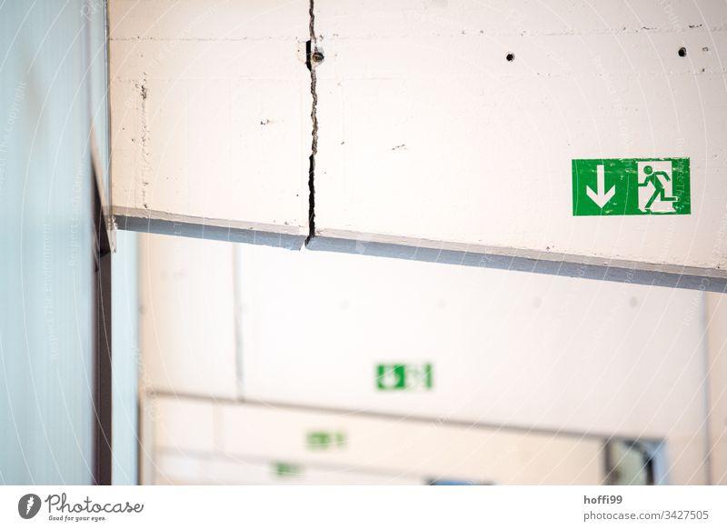 Notausgang - der Beschilderung folgen Schilder & Markierungen Piktogramm Zeichen Hinweisschild grün Warnschild Fluchtweg Fluchtwegschild rennen Ausgang laufen