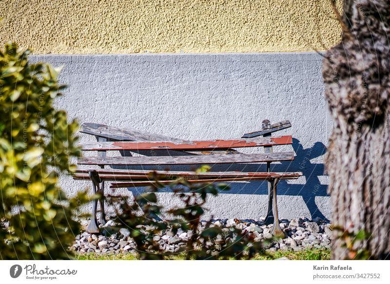 Kaputte Bank im Sonnenschein Sonnenlicht Holzbank Farbfoto Außenaufnahme Menschenleer Pause Sitzgelegenheit Erholung ruhig Tag Licht