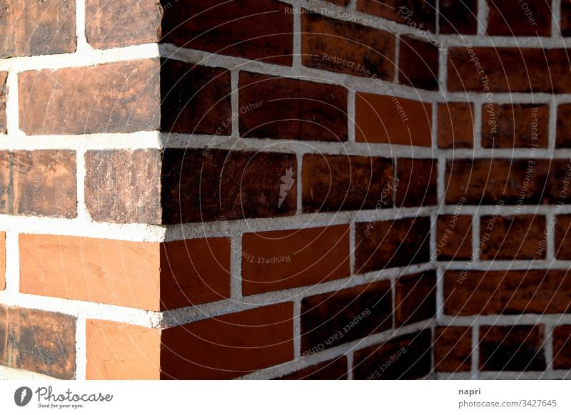 Ecke und Kante Mauer Fassade rot Ziegelsteine Gebäude Haus Wand Linien Licht und Schatten geometrisch repariert alt neu Architektur Hintergrundbild
