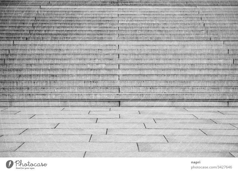 gestuft | Aufgang aus breiten Steinstufen, leerer Platz davor. Stufen Freitreppe nach oben Symmetrie Architektur Menschenleer Strukturen & Formen Stadt grau