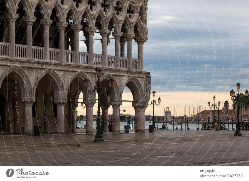 Corona thougths | Leerer Markusplatz in Venedig Italien Urlaub Urlaubsort leer auf der Außenseite Platz Arkaden Reise Tourismus Korona Korona-Krise
