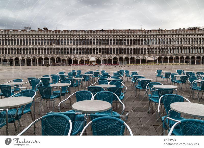 Corona thougths | leere Stühle auf dem Markusplatz in Venedig Italien Urlaub Urlaubsort stühle - outdoor außen Platz Café weitwinkel Arkaden Reise Tourismus