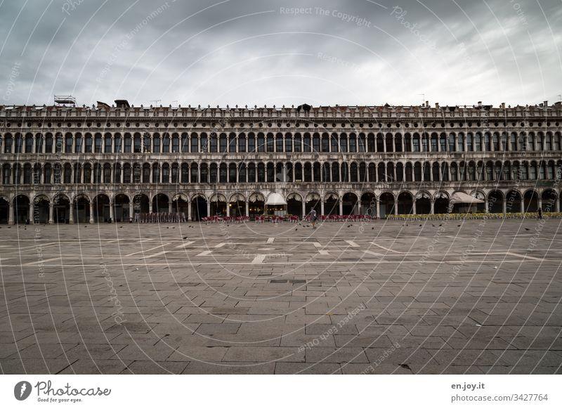 Corona thougths | leerer Markusplatz in Venedig Europa öffentlicher Platz Krise schlechtes Wetter Wolken Gebäude Leere Ausgangssperre Coronakrise Tourismus