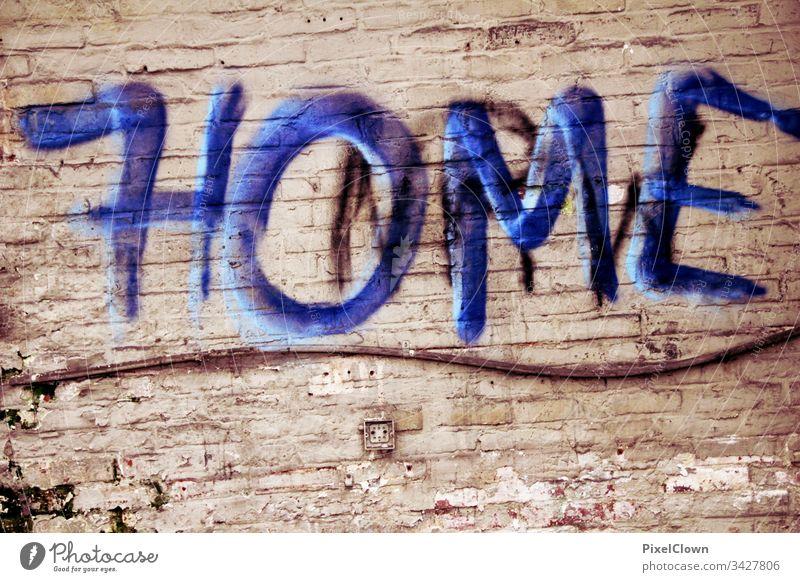 Stay Home Graffiti Mauer Wand Farbfoto Design, Kunst Strret Art coronavirus Menschenleer Fassade abstrakt