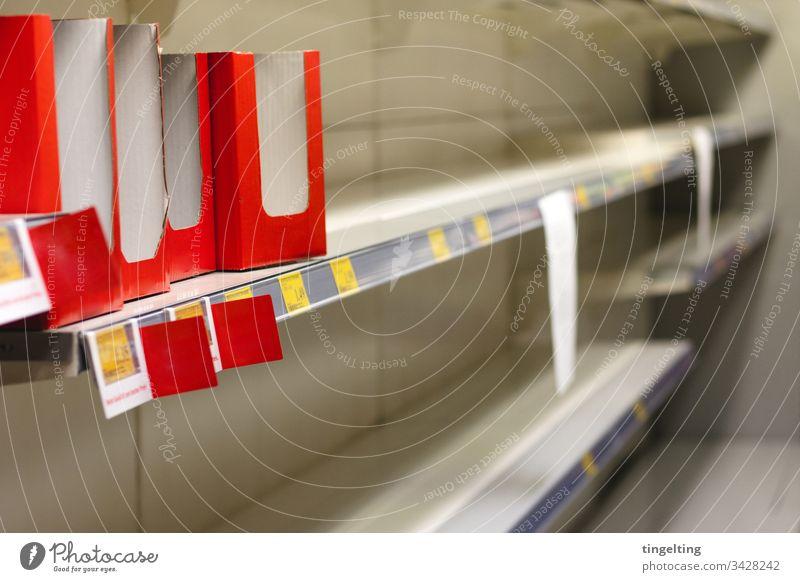 Leere Toilettenpapier-Regale Im Supermarkt preisschild leer regal supermarkt einkaufen hamsterkäufe corona covid19 coronavirus ausverkauft panik pandemie