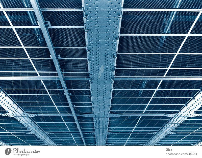 Brücke blau Konstruktion Eisen Skelett Raster Metall Niete Unterseite Strukturen & Formen Linie