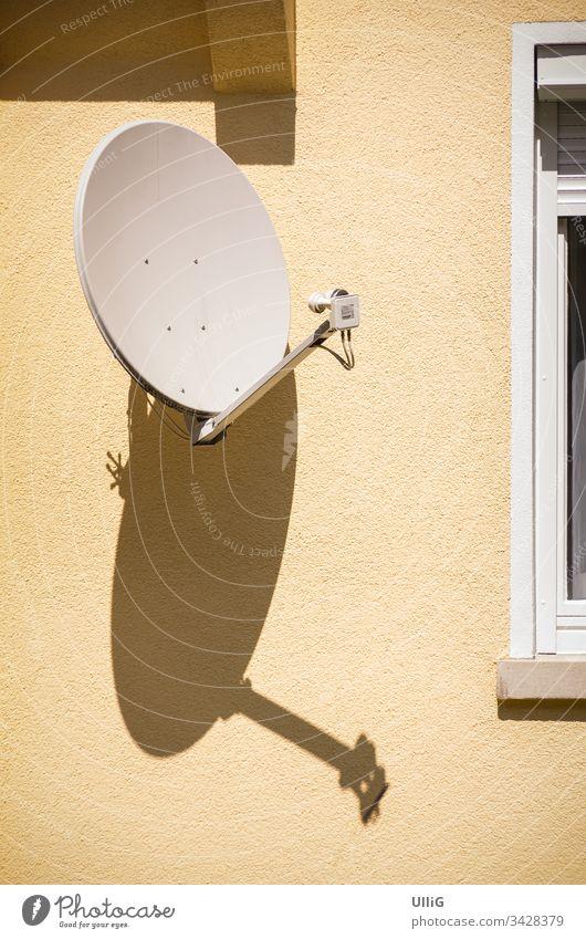 Satellitenschüssel an Hauswand Empfang Übertragung Antenne Schüssel Satellitenempfang Funk Rundfunk Medium Nachrichten Unterhaltung Radio TV Technologie