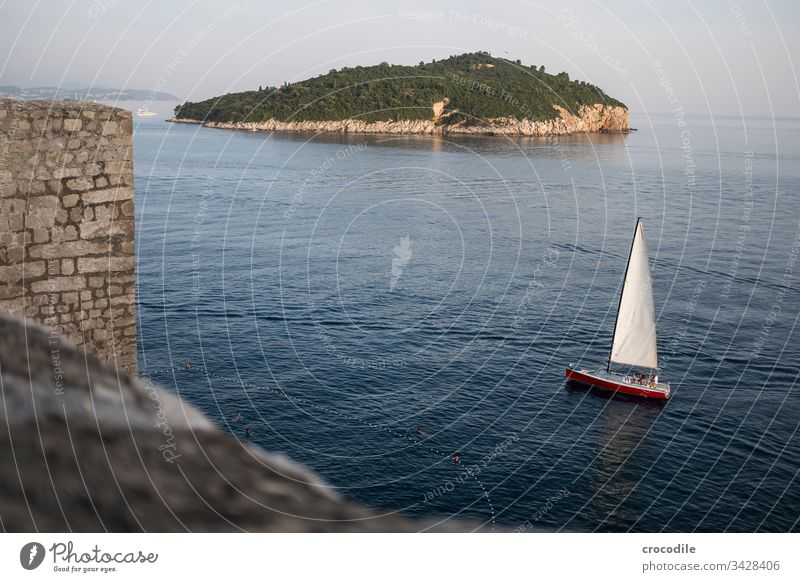 Dubrovnik Altstadt Segelboot Segeln Kroatien Tourismus Stadt Mauer Festung Meer Küste Weltkulturerbe Häuser mediterran Insel