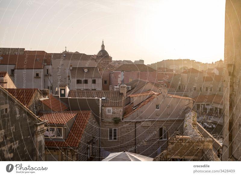 Dubrovnik Altstadt Kroatien Tourismus Stadt Mauer Festung Meer Küste Weltkulturerbe Häuser Historische Bauten sonneuntergang Gegenlicht mediterran