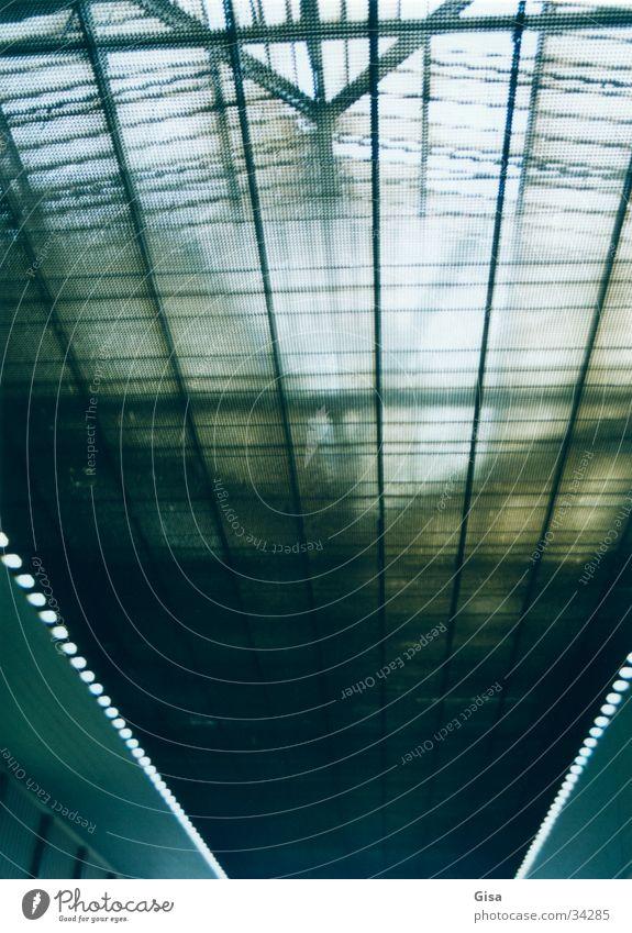 Dachkonstruktion Südbahnhof Wien Eisen Konstruktion Licht Fluchtpunkt grün Architektur Bahnhof Glas Nachkriegsarchitektur