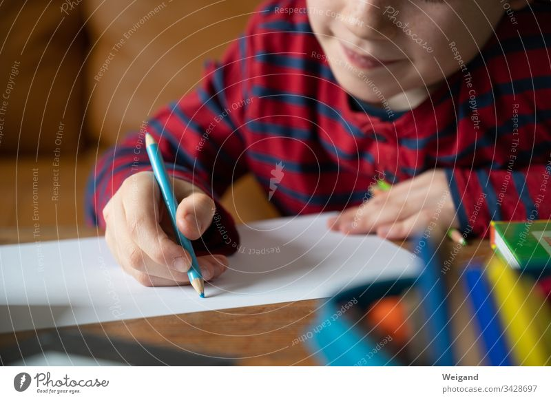 Homeschooling Erziehung Schule Grundschule schreiben Junge Corona-Virus corona Stift malen Bildung Kindergarten Schulkind lernen Kindererziehung Schreibstift